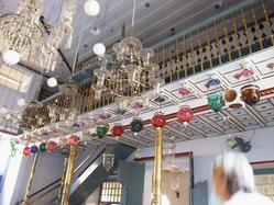http://questier.com/Photos/200312_India/tn/20031221-160004_India_Kerala_Cochin_Jewish_Pardesi_Synagogue.jpg